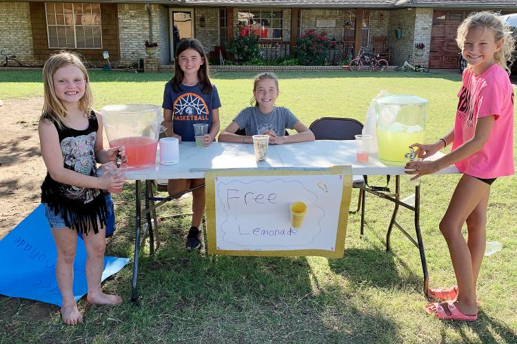 El Reno youngsters setting up a lemonade stand